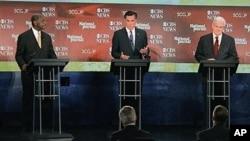 Dans un débat le 12 novembre 2011 en Caroline du Sud, Newt Gingrich (à dr.), Mitt Romney (au c.) et Herman Cain répondent à des questions sur la politique étrangère