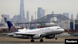 6 Aralık 2019 - Newark Havaalanı'nda uçuş pistindeki bir United Airlines yolcu uçağı