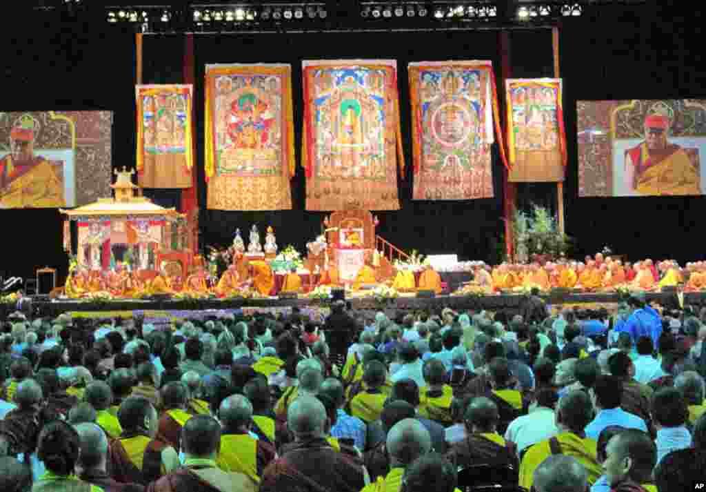 群众聆听达赖喇嘛说法