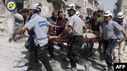 Relawan dan petugas mengangkut korban luka-luka akibat serangan udara di Aleppo, Suriah (foto: dok).