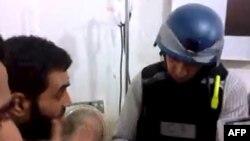 Од снимка што ја објавија сириски активисти, на која наводно инспектор на ОН разговара со жител на Моадамија, предградие на Дамаск.