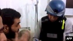 Seorang inspektur PBB ketika melakukan wawancara dengan para korban senjata kimia di pinggiran Damaskus (26/8).