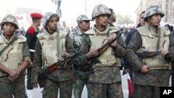 시위대를 둘러싸고 있는 이집트 군인들