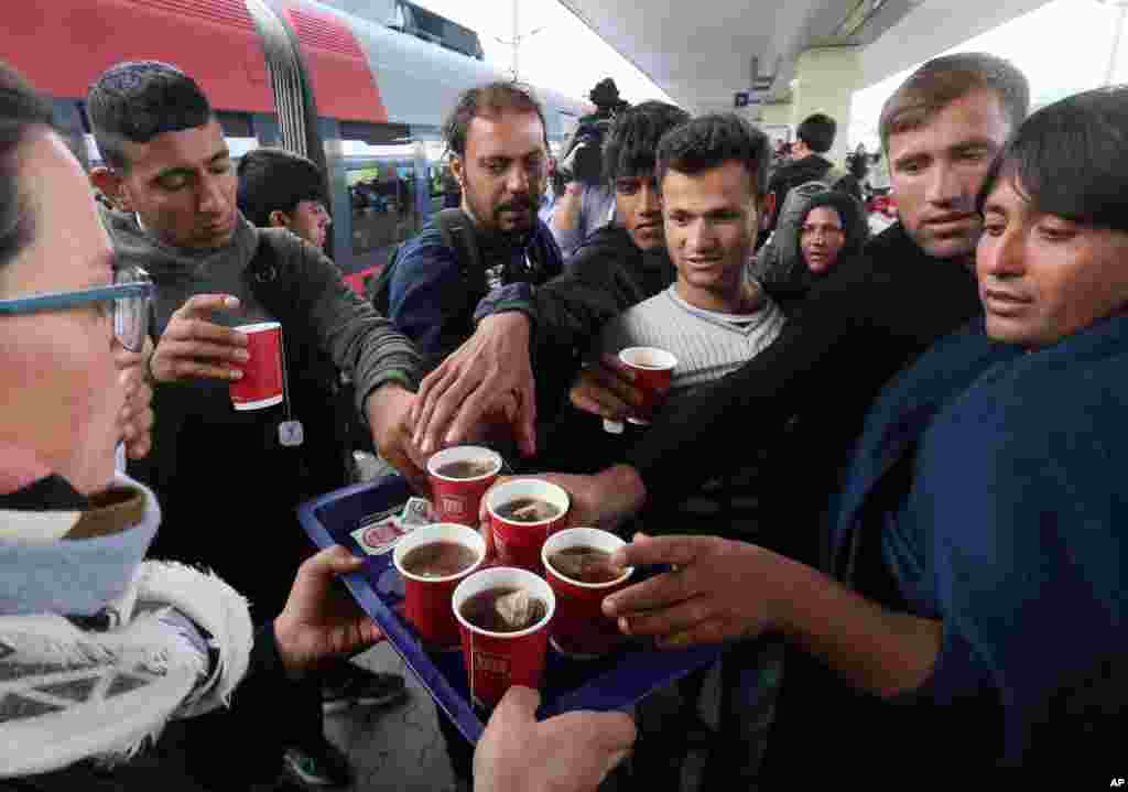 Migrants get some tea as they arrive at the Westbahnhof station in Vienna, Austria, Sept. 6, 2015.