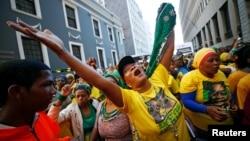 Abalandeli baka Mongameli Jacob Zuma bathakazelela impumela yokuvota edale lephalamende.