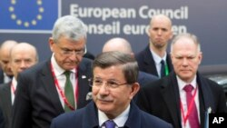 아흐메트 다부토울루 터키 총리(가운데)가 18일 유럽연합 정상회의 참석 차 벨기에 브뤼셀을 방문했다.