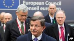 Le Premier ministre turc, Ahmet Davutoglu, centre, arrive à Bruxelles pour le sommet de l'UE sur la crise migratoire, le vendredi 18 mars 2016. (AP Photo/Geoffroy Van der Hasselt)