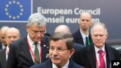 PM Turki Ahmet Davutoglu (tengah) dalam KTT Uni Eropa di Brussels (18/3).