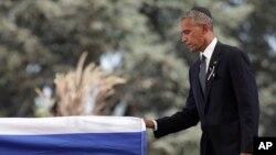 Tổng thống Hoa Kỳ Barack Obama đặt tay lên quan tài của cựu Tổng thống Israel Shimon Peres sau khi phát biểu trong lễ tang của ông được tổ chức tại Nghĩa trang quốc gia Mount Herzl, Jerusalem, ngày 30 tháng 09 năm 2016.