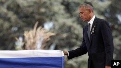 바락 오바마 미국 대통령이 30일 예루살렘 헤르츨 국립묘지에서 엄수된 시몬 페레스 전 이스라엘 대통령의 장례식에 참석해 관에 손을 얹고 있다.