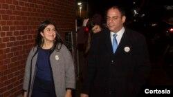 Jessica camina junto a Costa Constantinides, represente del Distrito 22 de Nueva York.