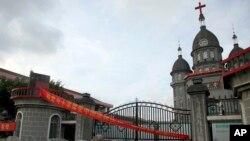 Sebuah gereja Kristen di desa Zengshan, provinsi Zhejiang, 16 Juli 2014 (Foto: dok/AP Photo/Didi Tang, File). Pihak berwenang Zhejiang menurunkan sekitar 400 salib tahun lalu dari atap-atap rumah dengan alasan melanggar peraturan bangunan.
