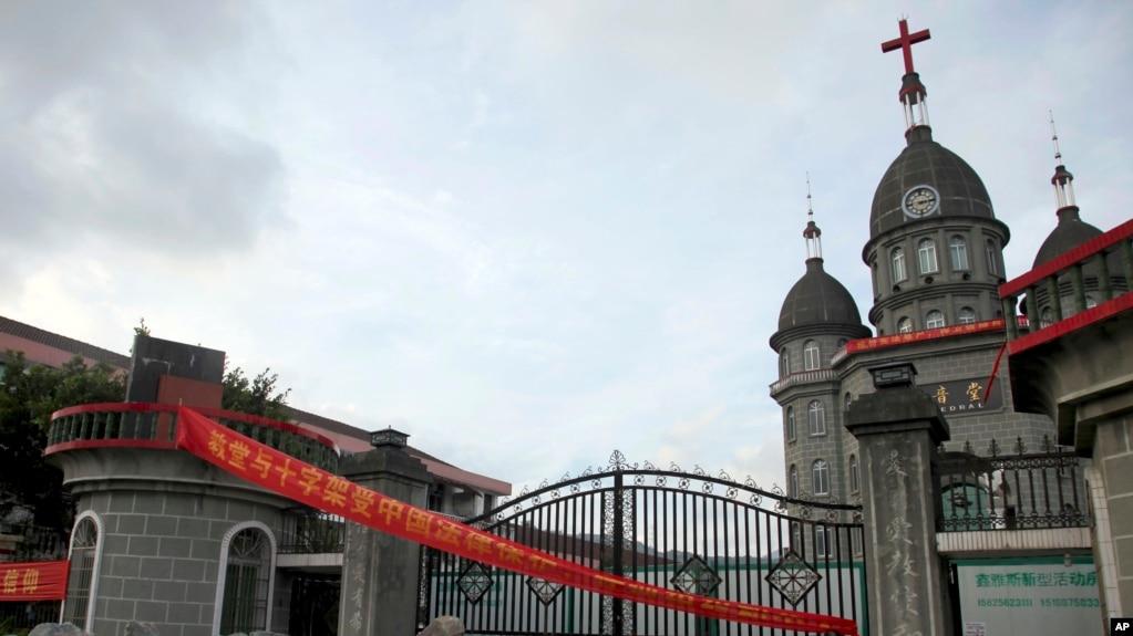 2014年7月16日浙江省增山村基督教教会教友在教堂门口堆积岩石以防政府工作人员拆除十字架