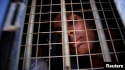 지난 20일 경찰에 체포된 로힝야족 남성이 경찰 차량 밖을 보고있다.