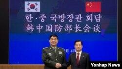 한민구 한국 국방부 장관(오른쪽)과 창완취안 중국 국방부장이 4일 서울 용산구 국방부에서 열린 한중 국방장관 회담에서 기념촬영을 하고 있다.