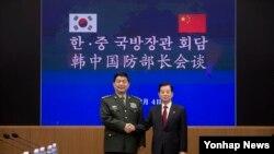 한민구 한국 국방부 장관(오른쪽)과 창완취안 중국 국방부장이 지난해 2월 서울 용산구 국방부에서 열린 한중 국방장관 회담에서 기념촬영을 하고 있다. (자료사진)