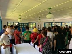资料照:中国旅行团在朝鲜板门店听导游讲解(美国之音江真拍摄)