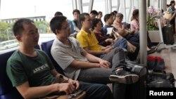 Công nhân Trung Quốc tại sân bay Tân Sơn Nhất, TP HCM.