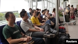 Người Trung Quốc ngồi chờ lên máy bay tại phi trường Tân Sơn Nhất.