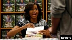 Michelle Obama firmó autógrafos en una librería en Washington de su primer libro de jardinería, basado en los jardines de la mansión Obama.