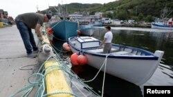 El pescador Ron Bidgood ayuda a amarrar y asegurar los botes en Petty Harbor-Maddox Cove mientras el huracán Larry se acerca a Terranova, Canadá, el 10 de septiembre de 2021.