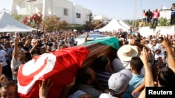 哀悼者在突尼斯城抬著布拉赫米的靈柩