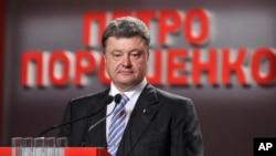 Kandidat Presiden Ukraina, Petro Poroshenko dalam konferensi pers di Kyiv, Senin (25/5).