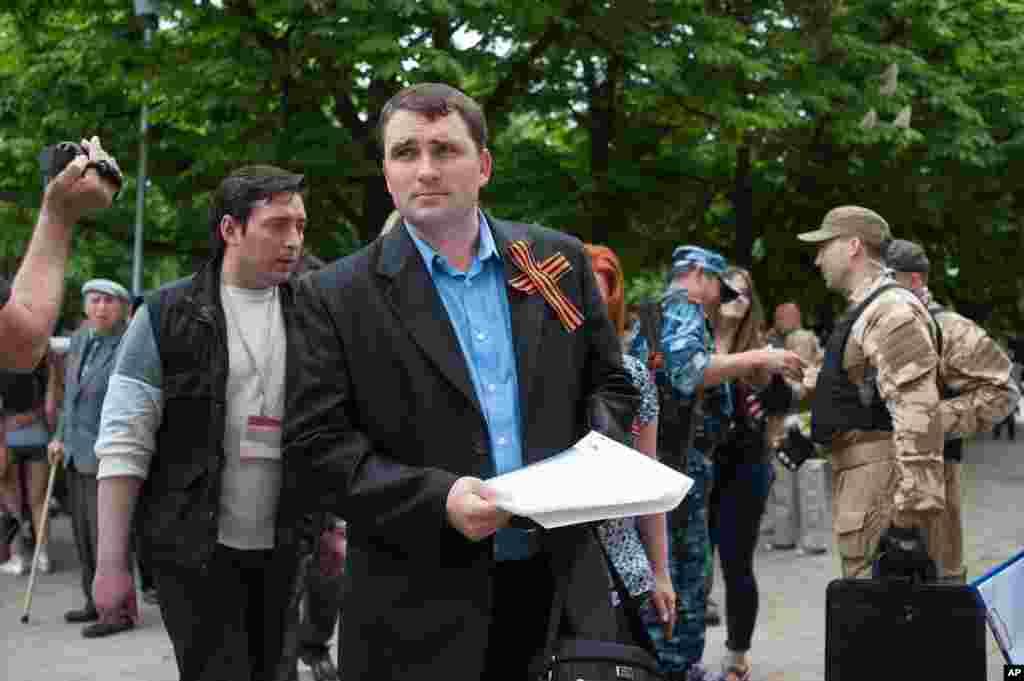 Ayirmachilar vakili Aleksandr Malixin jurnalistlar bilan uchrashayapti. Lugansk, 12-may, 2014-yil.