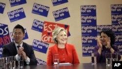 Como parte de su campaña rumbo a las primarias en Nueva York, Hillary Clinton sostiene reuniones con inmigrantes y grupos minoritarias en busca de votos.