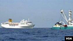 """El Costa Allegra fue remolcado por un barco atunero francés """"Le Trevignon"""" después que su sala de máquinas se incendiara."""