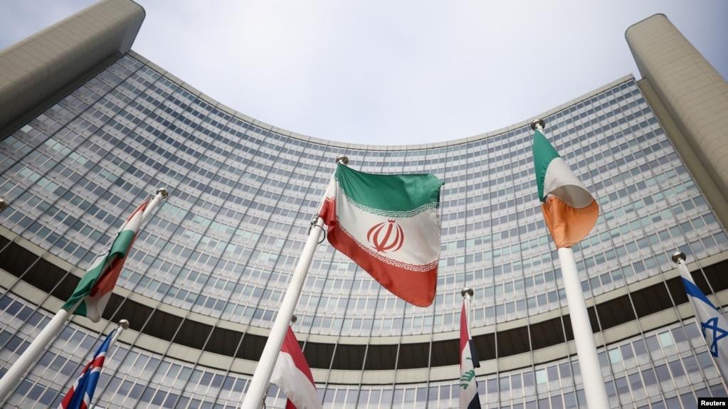 Иранский флаг перед штаб-квартирой Международного агентства по атомной энергии (МАГАТЭ) в Вене