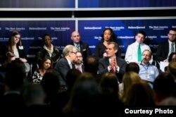 洛杉矶市长加西提(合掌)在华盛顿谈移民问题(洛杉矶市长办公室提供)