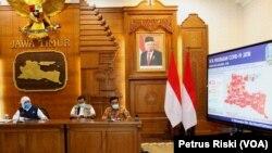 Gubernur Jawa Timur Khofifah Indar Parawansa memberikan keterangan perkembangan penanganan virus corona di Jawa Timur. (Foto: VOA/Petrus Riski).