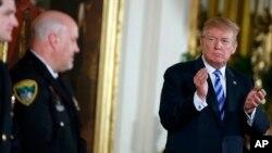도널드 트럼프 미국 대통령이 20일 백악관에서 열린 '용기 있는 공무원' 메달 수여식에서 박수룰 치고 있다.