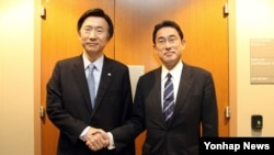 미국 뉴욕 유엔 본부에서 열린 한일 외무장관회담에서 윤병세 외교부 장관(왼쪽)과 기시다 후미오 일본 외무상이 악수하고 있다.