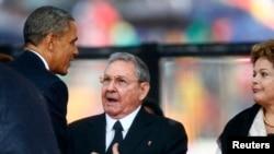 Predsednik Barak Obama rukuje se sa kubanskim predsednikom Raulom Kastrom