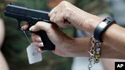 Tu chính án thứ hai của Hiến pháp Hoa Kỳ bảo vệ quyền mang vũ khí, và những người ủng hộ quyền sở hữu súng quyết liệt chống đối bất kỳ nỗ lực nào nhằm hạn chế quyền tự do này.