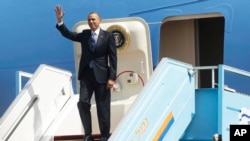 President Barack Obama waves as he steps off Air Force One upon his arrival at Ben Gurion International Airport in Tel Aviv, Israel, March 20, 2013.