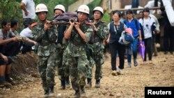 2014年8月4日云南省士兵营救受伤的居民