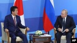 Синдзо Абэ и Владимир Путин на 5-м Восточном экономическом форуме во Владивостоке, Россия, 5 сентября 2019