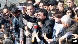 ڕووناکبیری کورد فاروق ڕهفیق بۆ خۆپـیشـاندهران دهدوێت، سلێمانی، شهممه 19 ی دووی 2011