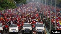 Puluhan ribu warga Venezuela di ibukota Caracas mengantar jenazah Presiden Hugo Chavez ke tempat peristirahatan terakhirnya, Jumat (15/3).