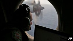 Seorang anggota tim pencari dari AU Australia berusaha mencari puing Malaysia Airlines penerbangan MH370 di Samudera Hindia pada Maret 2014 (foto: dok).