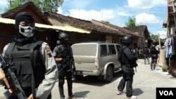 Para anggota tim anti teror Densus menjaga ketat lokasi penangkapan terduga teroris dan lokasi penggeledahan. (VOA/Yudha Satriawan)