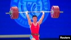 미국 휴스턴에서 열리고 있는 2015 세계역도선수권대회 이틀재인 22일 북한 김은국 선수가 남자역도 62kg급 경기에서 역기를 들어올리고 있다.