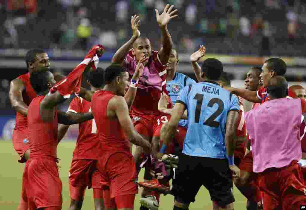 Celebración de los panameños tras vencer por segunda vez a México en la presente edición de la Copa de Oro y clasificar a la final.