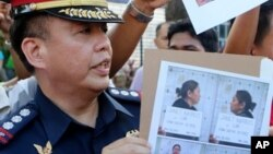 Dalam foto yang dirilis oleh Kepolisian Nasional Filipina ini menampilkan foto juru bicara Kepolisian Nasional Dilipina, Reuben Theodore Sindac saat memperlihatkan gambar Janet Lim Napoles, pengusaha kaya yang terlibat skandal korupsi di Manila, Filipina, Kamis (29/8) setelah menyerahkan diri kepada Presiden Benigno Aquino III sehari sebelumnya.