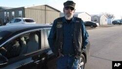 Dennis Britton Sr., de Newton, Kansas, hace una pausa mientras discute la herida de bala recibida por su hijo, Dennis Britton Jr. en la planta cercana en Hesston, Kansas, el viernes, 26 de febrero de 2016.