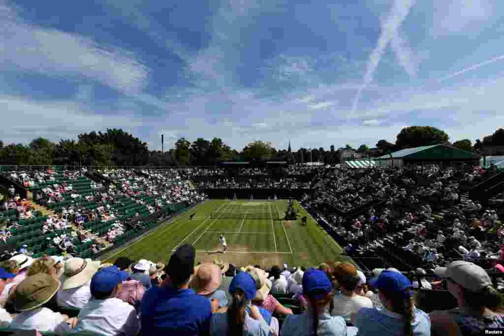 """在2017年7月7日的伦敦温布尔顿网球锦标赛中,中国的彭帅对阵罗马尼亚的西蒙娜哈勒普。最近网球公正性小组宣布,在去年温网比赛中,彭帅""""胁迫并提出金钱补偿,要求她的女双搭档、比利时选手艾立森·范乌伊凡克退赛""""。该小组规定,""""任何人不得策划干预,或者试图策划干预任何赛事结果""""。彭帅回应说,她""""从未用任何方式强迫搭档退赛""""。并说她在赛前接到乌伊凡克的短信,说她要因伤退出双打比赛,并说她后来退出双打比赛完全是个人行为。"""