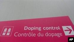 Papan petunjuk menuju ruang pemeriksaan doping untuk para atlit peserta olimpiade musim panas di London tahun 2012 (Foto: dok). Tiongkok berjanji akan melakukan penyelidikan menyusul klaim Badan Anti-Doping Dunia (WADA) yang menuding negaranya sebagai pemasok terbesar bahan baku doping untuk atlit, Selasa (19/2).